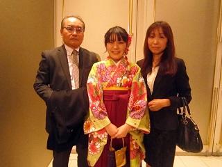 昼間部ホテル科 渡邉瑞生さん(星陵高校〔静岡〕出身)ご両親と一緒に<br> 「学校直営の女子寮があったため、東京への進学に対しては親として安心していました。一方では、海外留学の際には不安もありましたが、スカイプなどで連絡することもできたので安心。学校の留学制度ということもよかったと思います。学校で学んだことを卒業後に活かして欲しいですね」