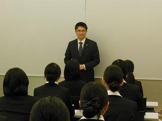 在校生にメッセージを送る楠井さん