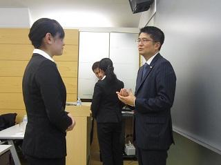 説明会後、質問する学生に対してアドバイスを送る楠井さん