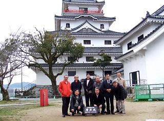 唐津城前で記念写真を撮る参加者たち