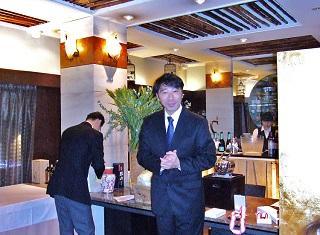 歓迎の挨拶をするトゥーランドット店 支配人 久保木晴之氏(1994年卒業)