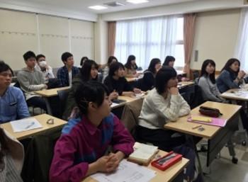 留学経験学生の話を聞く学生の様子