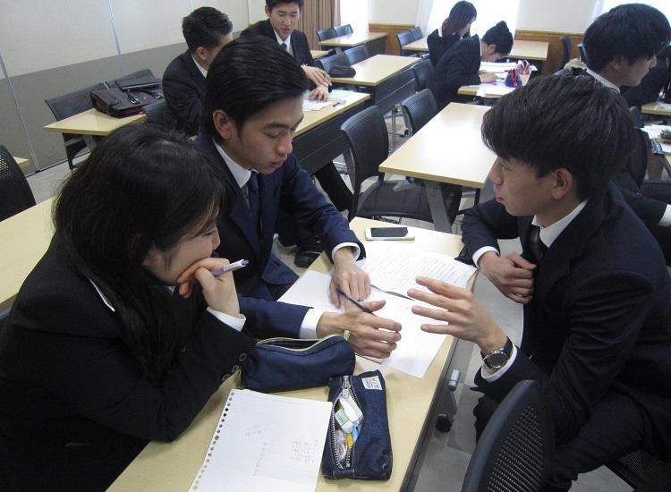 書類対策講座 クラスの仲間同士で自身の長所や短所などを相談