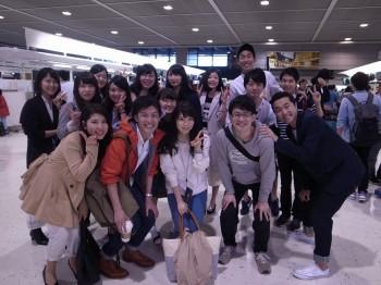 カナダ留学に出発する前に成田空港内で集合写真を撮る昼間部ホテル科の学生