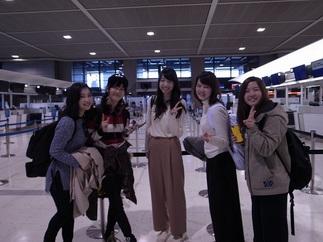 カナダ留学に出発する前に5人でピースサインをする昼間部ブライダル科の学生