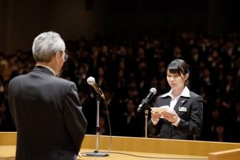 新入生代表として「入学の言葉」を読み上げる昼間部ブライダル科 田川沙樹さん