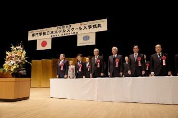 白い布がかけられたテーブルの前で起立するご来賓の皆さま