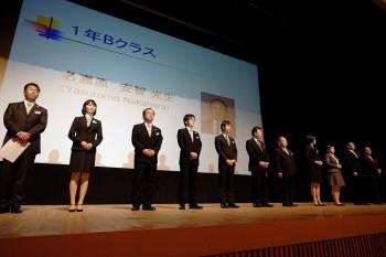 舞台上で新入生に紹介される担任の先生たち