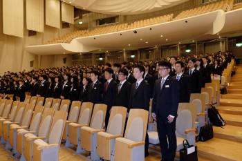 式典に参加した新入生が全員起立している様子