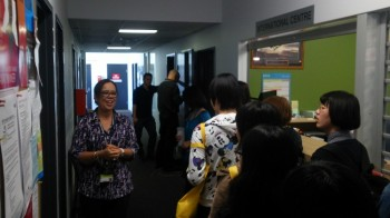 インターナショナル・オフィスのスタッフとともにキャンパスツアーに参加する学生。