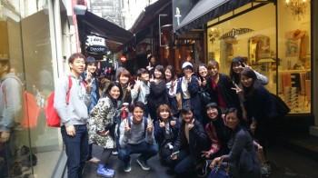 現地学校のMariko先生と一緒にメルボルンシティツアーに参加する学生たち