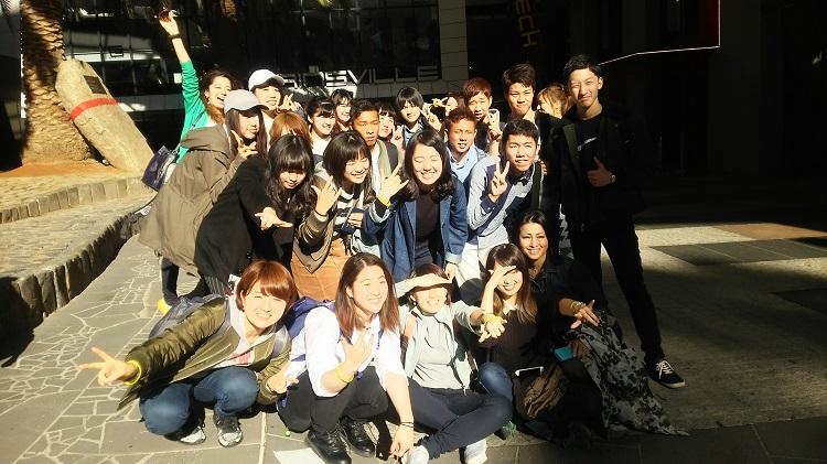 メルボルンシティツアー ユーリカタワー前で記念撮影