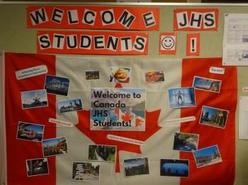 留学生を歓迎する装飾を施されたカナダ国旗