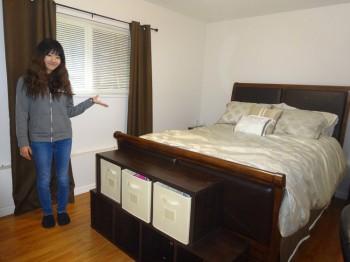 ベッドの横に立つ学生