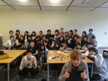 教室で集合写真を撮る海外留学参加者