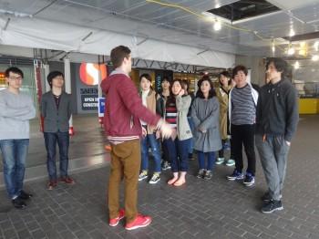 大学周辺を散策する学生