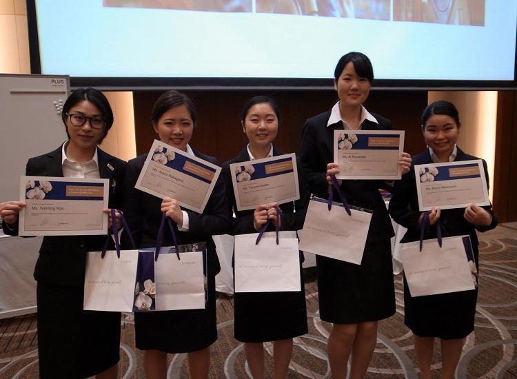 Certificate(終了証)をもらった学生達