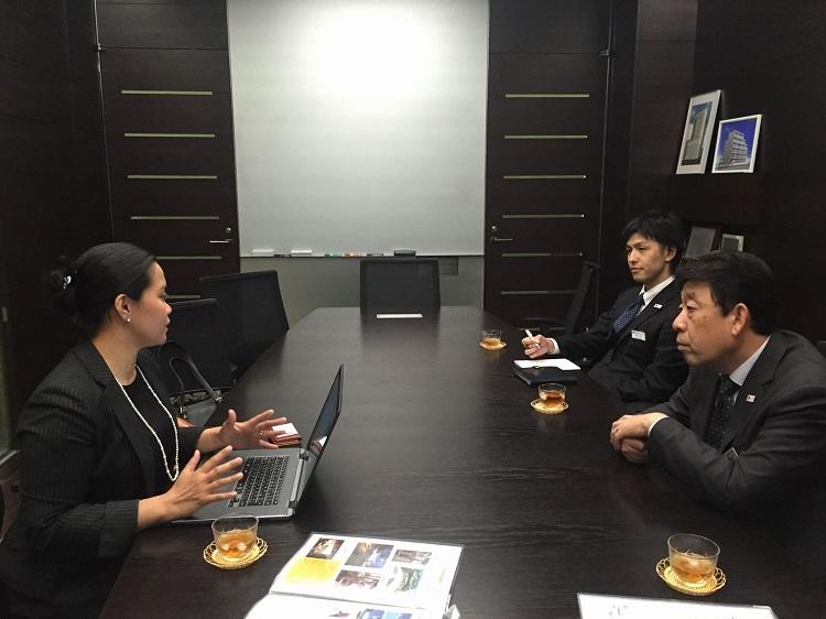 海外研修生制度について詳細な意見交換を行うMary氏、武内副校長、中山先生