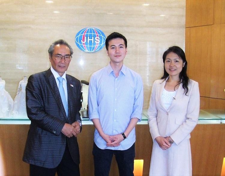 学士号取得報告に訪れた今悠太さん<br> 左より石塚理事長、今さん、江口先生