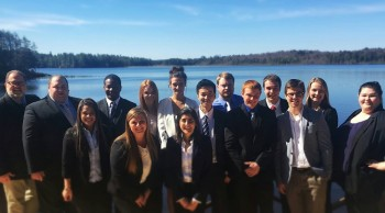 湖を背景に集合写真を撮る、卒業ゼミで同じだった同級生と先生