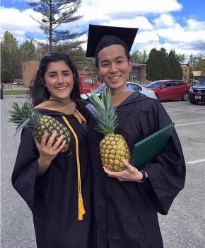 卒業式で同級生とパイナップルを持って記念写真を撮る今さん