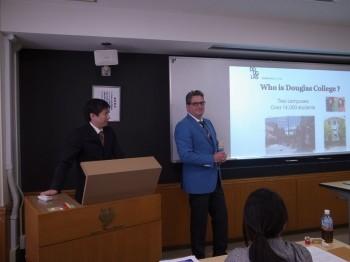 カナダ・バンクーバー ダグラスカレッジのプレゼンテーション Mark先生(右)とHiroshi先生(左)