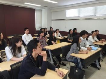 プレゼンテーションを聞く昼間部英語専攻科2年生の学生