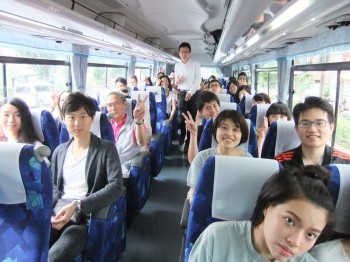 バスの中で盛り上がる参加者