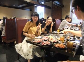 食べ放題で焼き肉を堪能する参加者