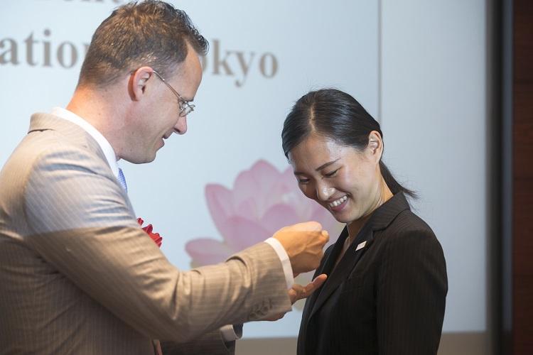 YSCJ会員Pinの授与:スペンス会長から2L 宮澤 彩さんへ