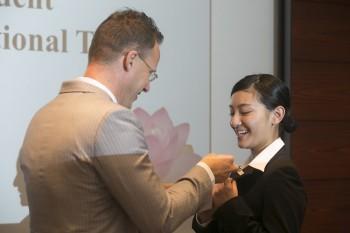 スペンス会長から1L 正木 友梨香さんへYSCJ会員Pinが授与される様子