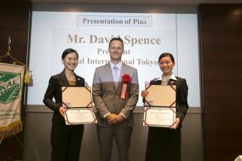スペンス会長(中)と、認定書を授与された 2L 宮澤 彩さん(左)、1L 正木 友梨香さん(右)