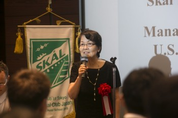 来賓スピーチをするKayoko Inoue氏(Secretary-Treasurer, Skal Club of Tokyo, Managing Director, Japan U.S. Travel Association)