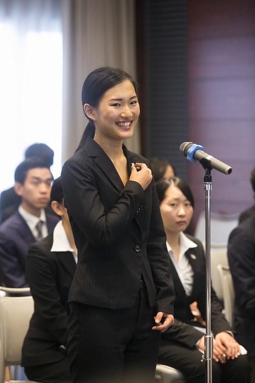学生代表の挨拶をする宮澤 彩さん