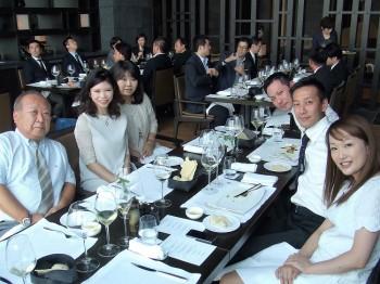 各テーブルでの交流を図る卒業生と教職員