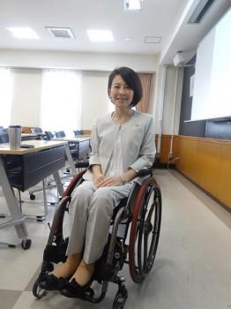 車いすに座って微笑む講義を岸田ひろ実 様