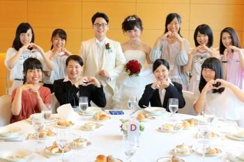 3日目の修了パーティーで新郎新婦役の学生と記念撮影
