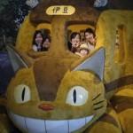 猫バスに乗り込んで記念撮影する学生たち