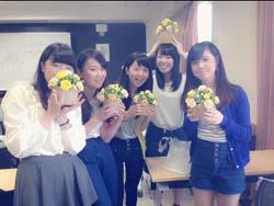 クラスメイトとブーケを手に記念撮影する豊澤あゆみさん