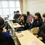 昼休みに教室で談笑する学生たち