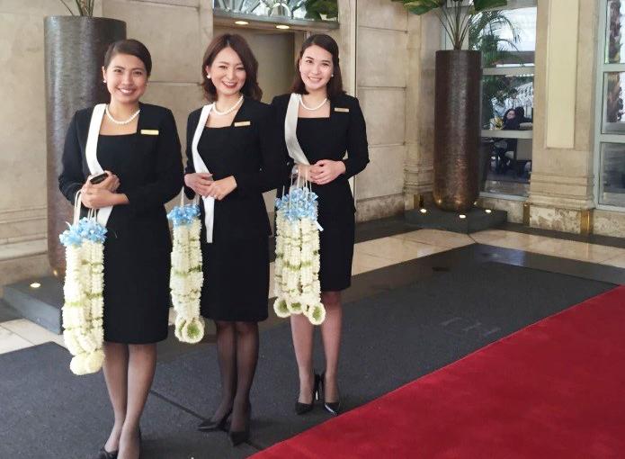 同僚とともにVIPを出迎える奥薗綾子さん(中央)