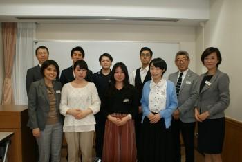 日本語部門参加者と審査員の教職員