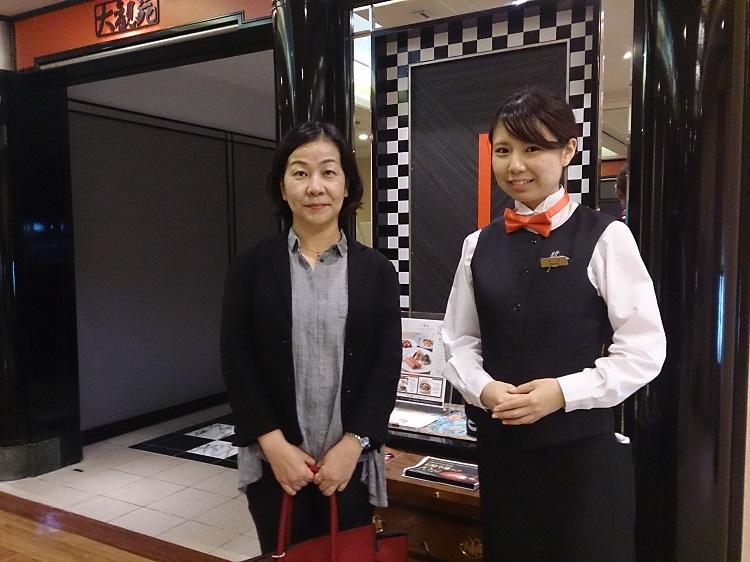 小川さんが1年生のときの担任・井上先生(左)と一緒に
