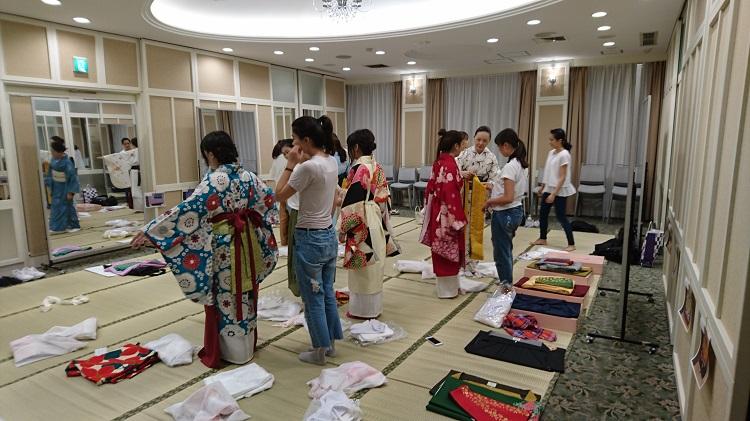 「和装着付け」での袴の練習風景(1)