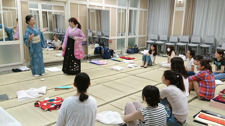 「和装着付け」での袴の練習風景(2)