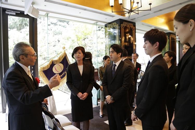 式典終了後に石塚校長と交流する卒業生