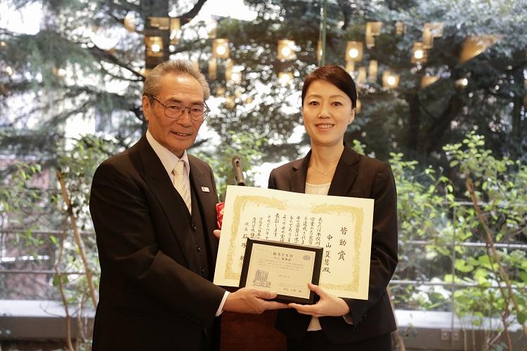 優秀学生賞・皆勤賞を受賞した中山さん(右)