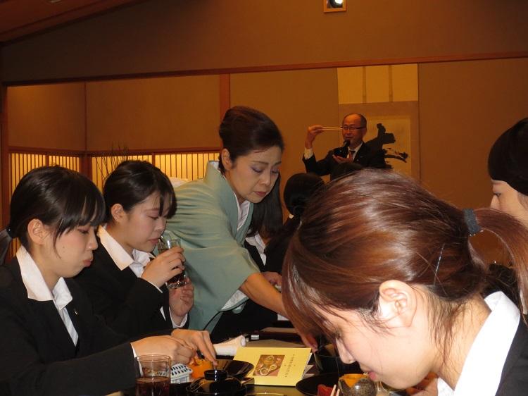 プロフェッショナルのサービスを体験する学生