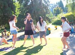 夏休みにピクニックをする学生たち