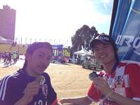 メダルを首にかける並木さん(左)、 長山さん(右)